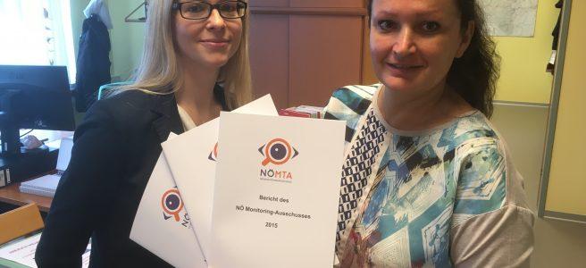 Zwei Mitarbeiterinnen der Kanzlei halten den Bericht 2015 in den Händen.